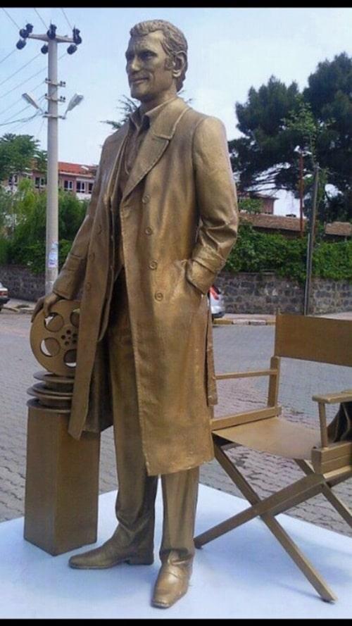 Yılmaz Güney heykeli